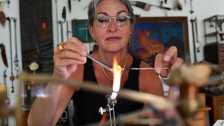 Die Künstlerin bei der Arbeit: Andrea Jakob bei der Bearbeitung von Glas mit dem Bunsenbrenner.