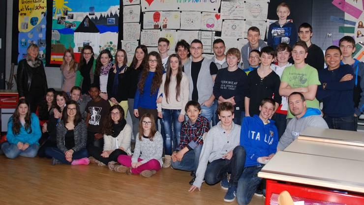 Die 14- bis 15-Jährigen aus Eiken und Cernier erleben mit den beiden Lehrern Ruth Edelmann und Thierry Vauthier spannende Schultage. sh