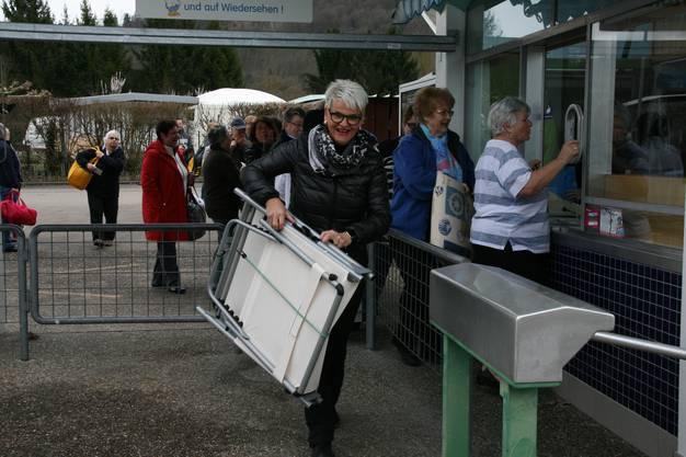 Die Fans stehen vor der Kasse Schlange, Betriebleiterin Monika Dietsche nimmt derweil schon mal Liegebetten in Empfang.