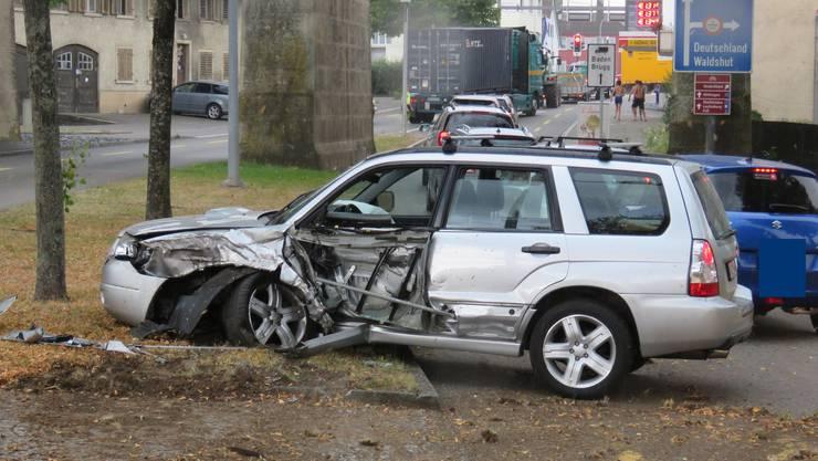 Ein Subaru-Fahrer kam von der Fahrbahn ab und prallte gegen einen Baum.