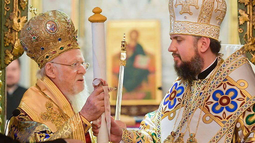 Patriarch Bartholomäus I. (links) überreichte das Dekret über die Anerkennung der neuen Orthodoxen Kirche der Ukraine an deren Oberhaupt, den Kiewer Metropoliten Epiphanius.