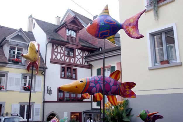 Fantastische Fische von Marlen Miggler schwebten über dem mittleren Brunnen.