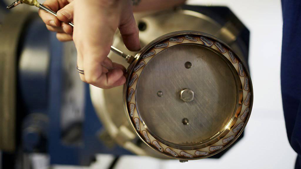 Mitarbeiterin in der Metallbauindustrie bei der Arbeit: Laut Swissmen droht der Branchen ein weiterer Stellenabbau.