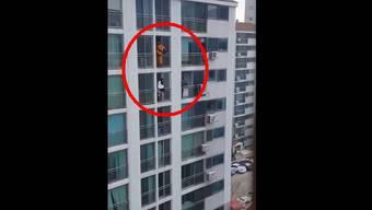Gekonnt: Hat dieser Feuerwehrmann bei anderen abgeschaut?