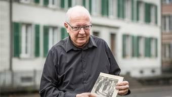 Jürg Haller steht genau dort, wo Feldmarschall Montgomery stand, als dieses Bild 1957 aufgenommen wurde: vor dem Hotel Haller in Lenzburg.
