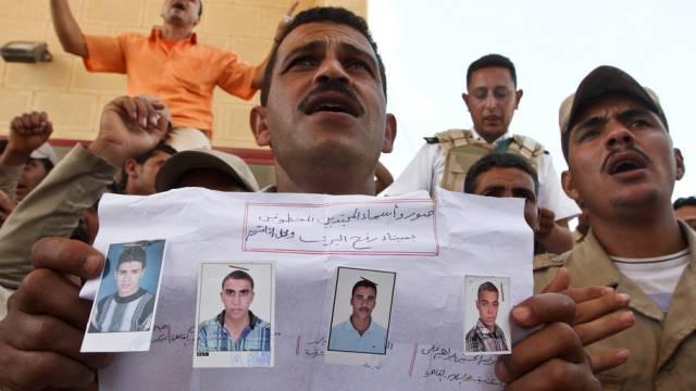 Ägyptische Grenzpolizisten zeigen Fotos der entführten Kollegen