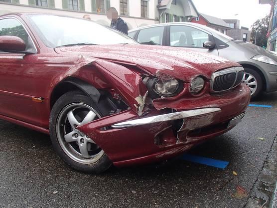 Lenzburg AG, 9. Oktober: Eine Rentnerin fährt in einen Blumenkübel. Als die Polizei eintrifft, stellt sie fest, dass sie zuvor bereits mit einem Fahrzeug kollidierte.