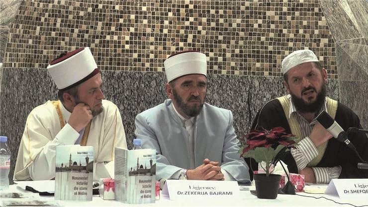 Gibt es Hinweise darauf, dass in Moscheen extremistische Ansichten verbreitet werden, so soll die Polizei diesen nachgehen. (Symbolbild, November 2013: Nehat Ismaili, der Imam der Weissen Moschee in Aarburg und Präsident der Union albanischer Imame (links) hört dem umstrittenen kosovarischen Prediger Shefqet Krasniqi zu, der damals in seiner Moschee gastierte.)