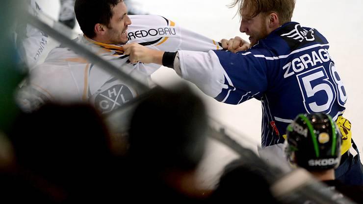 Derby-Time: Ambris Jesse Zgraggen (rechts) und Luganos Maxim Lapierre im Infight