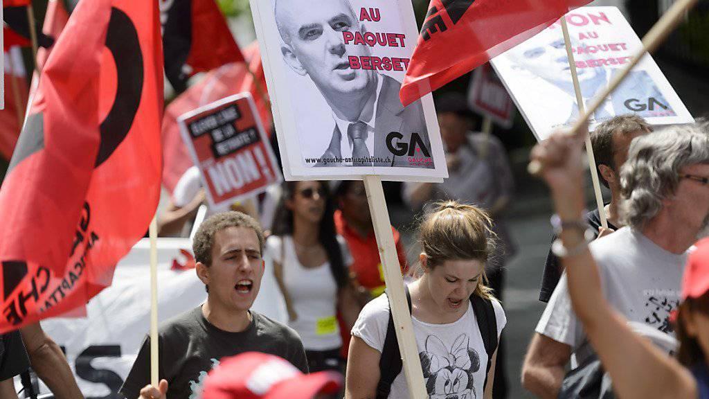 Protest gegen den Renten-Vorschlag von Innenminister Alain Berset - in einer Umfrage steht das Reformpaket indes besser da (Archiv)