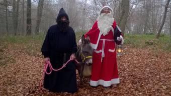 Samichlaus und Schmutzli zusammen mit dem Eseli unterwegs im Wald.
