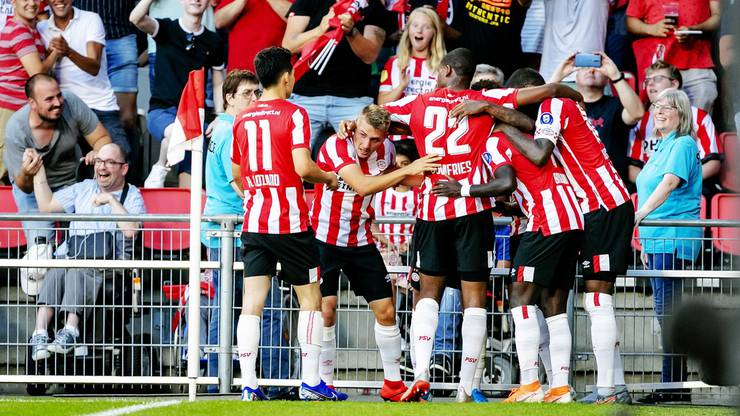 Die Spieler der PSV beim Torjubel des 1:0.
