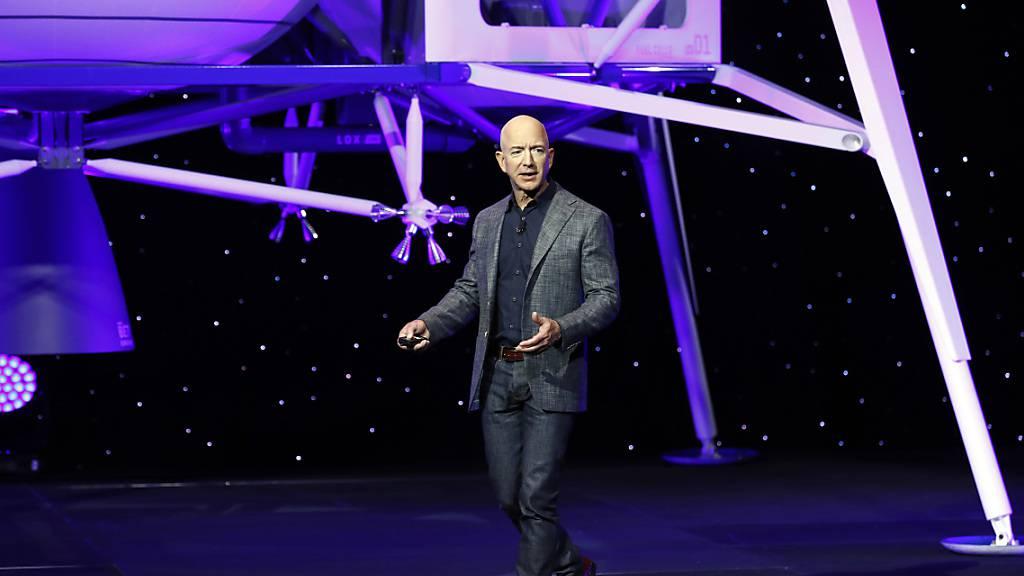 Amazon-Gründer Jeff Bezos will mit seiner Raumfahrtfirma Blue Origin als Tourist ins Weltall fliegen. Über eine Auktion haben sich zudem mehr als 5200 Bieter um einen Platz im Cockpit beworben.(Archivbild)