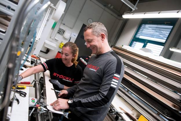 Marc Gläser, der CEO von Stöckli, bei einer Visite in der Ski-Manufaktur in Malters.
