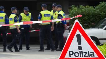 Die Tessiner Kantonspolizei sichert am Tatort Spuren.