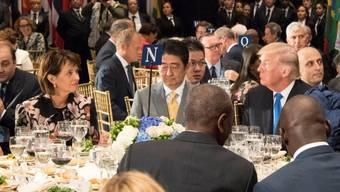 Hauptgang Rinderfilet: Die Schweizer Bundespräsidentin Doris Leuthard beim UNO-Mittagessen mit dem japanischen Premier Shinzo Abe und US-Präsident Donald Trump am Tisch.