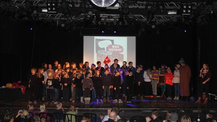 Die rund 60 PfadfinderInnen nach der gelungenen Aufführung.