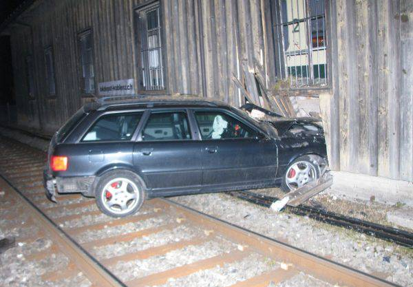 Deutscher Fahrt Auto Ohne Kontrollschilder Gegen Die Wand Wurde Es