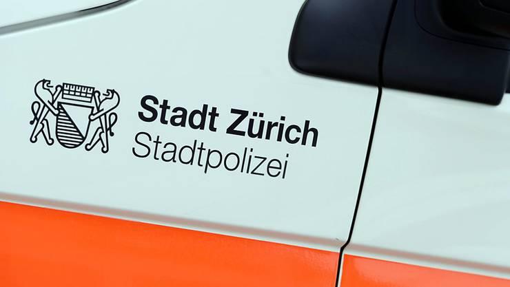 Die Lenkerin eines verunfallten Fahrzeugs auf der Bellerivestrasse musste von Passanten aus dem Auto befreit werden. (Symbolbild)