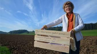 Henrieta Suter, Leiterin von Tischlein deck dich in Muri, mit ihrem Harass, der jetzt in Umlauf gebracht werden soll. ES