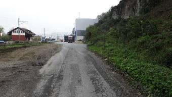 Sanierungsbedürftig: Die Zufahrtsstrasse zur Andreas Hofstetter Lagerhaus AG sowie die dahinterliegenden Parzellen mit drei Wohneinheiten wird für 1 Franken verkauft. Links der alte Bahnhof. (Angelo Zambelli)