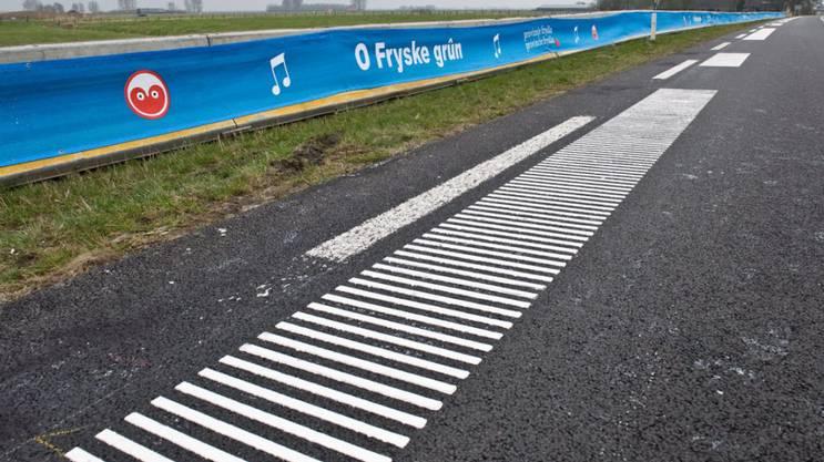 Spezieller Belag im niederländischen Jelsum: Fährt ein Auto darüber, ertönt die friesische Hymne.