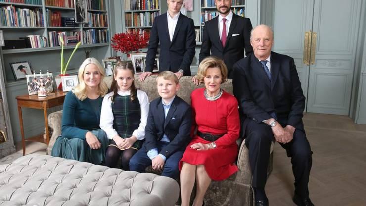 Die norwegische Königsfamilie. Hinten links Marius Borg Hoiby, Sohn von Mette-Marit (vorne links) aus einer früheren Beziehung. Der Familie gefällt es gar nicht, dass ein Boulevardblatt Marius' Liebesleben ausgebreitet hat. Sie erwägt eine Ethikklage beim Presseverband. (Archivbild)