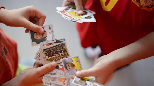 Zwei junge Sammler tauschen Panini-Sticker für die Fussball-WM aus