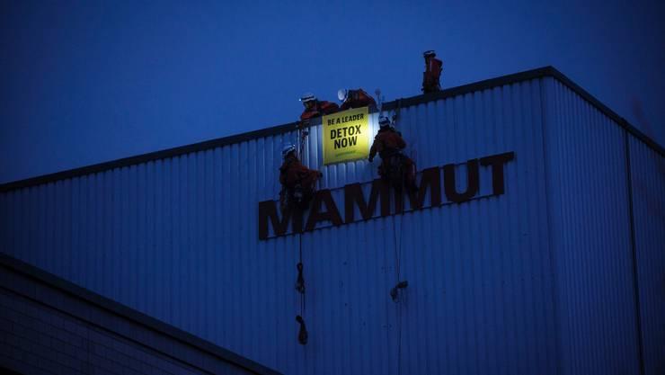 Greenpeace fordert den Outdoor-Konzern auf, PFC vollständig aus der Produktion zu verbannen.