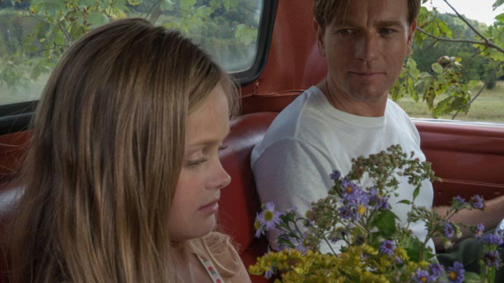Ewan McGregor mit seiner Filmtochter Hannah Nordberg in «American Pastoral». Der Schauspieler präsentiert den Film, in dem er erstmals auch Regie führte, auf dem Zurich Film Festival. (Pressebild)