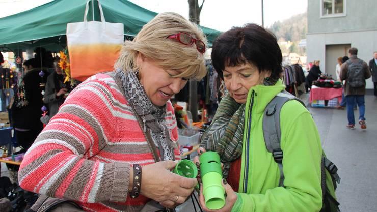 v.l. Angelika Slawik und Heidi Nabitz mit ihrer Gemüseraffel.