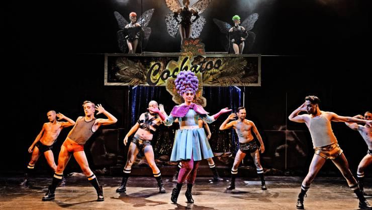 Das Musical bringt viel nackte Männerhaut und schräge Kostüme auf die Bühne.