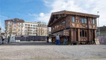 Mit dem «Wilden Bock» ziert seit Freitag ein Chalet den Dornacherplatz.