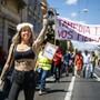 """""""Tamedia tue vos medias"""" (Tamedia tötet eure Medien): Mit diesem Slogan zogen Westschweizer Journalistinnen und Journalisten durch die Strassen von Lausanne."""