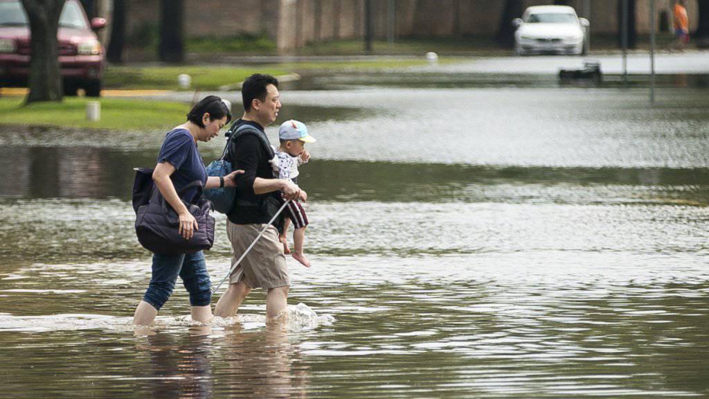 Heftige Regenfälle haben im US-Bundesstaat Texas zu schweren Überschwemmungen geführt. In Austin, woher dieses Bild stammt, haben Rettungskräfte die Leiche eines Mannes geborgen.