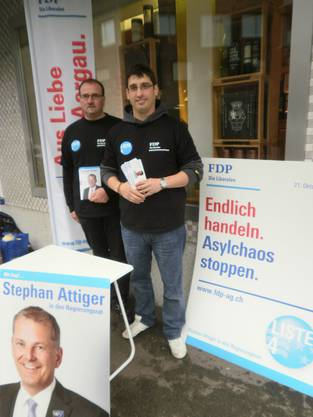 Die FDP-Grossratskandidaten Herbert Karli (links) und Stefan Huwyler bei der Standaktion in Sins