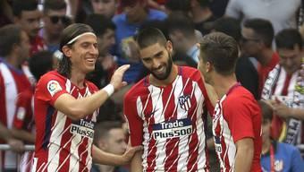 Filipe Luis (links) und Luciano Vietto (rechts) beglückwünschen 1:0-Torschütze Yannick Carrasco