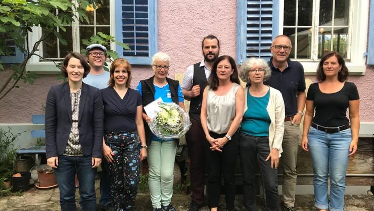 Der Vorstand der SP Stadt Solothurn mit Sylvia Sailer (mit Blumenstrauss) vom «Verein das andere Lager».