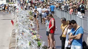 Passanten gedenken der Opfer des Anschlags von Nizza - laut der Staatsanwaltschaft hatte der Täter Komplizen.