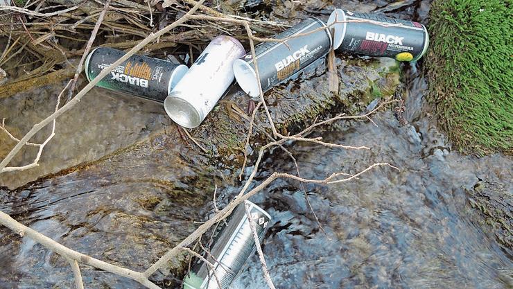 Im Rümmetbächli in Oeschgen lagen am Wochenende Spraydosen.