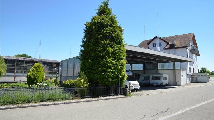 Wo heute Lagerhallen mitten im Dorf stehen, soll in Zukunft gewohnt werden.