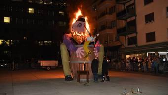 """Der Grenchner Böögg """"UfauFäu"""" geht in Flammen auf"""