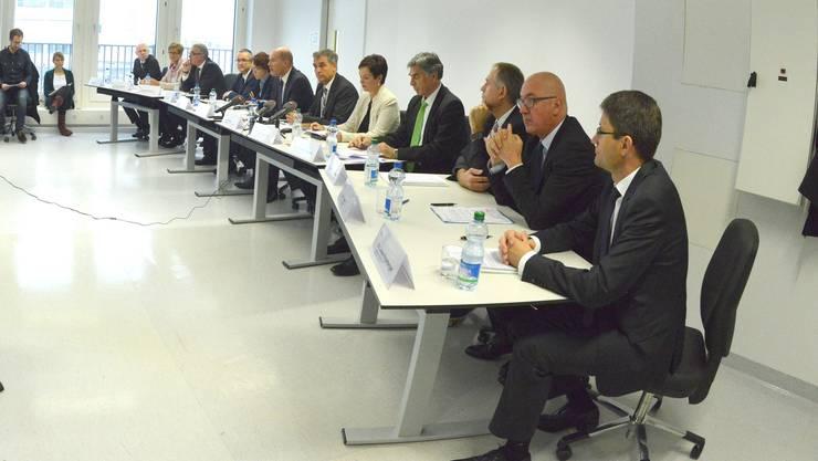 Bei der Sitzung zur Partnerschafts-Vereinbarung sind die Regierungen von Baselland und Basel-Stadt vereint: Ein historisches Ereignis.