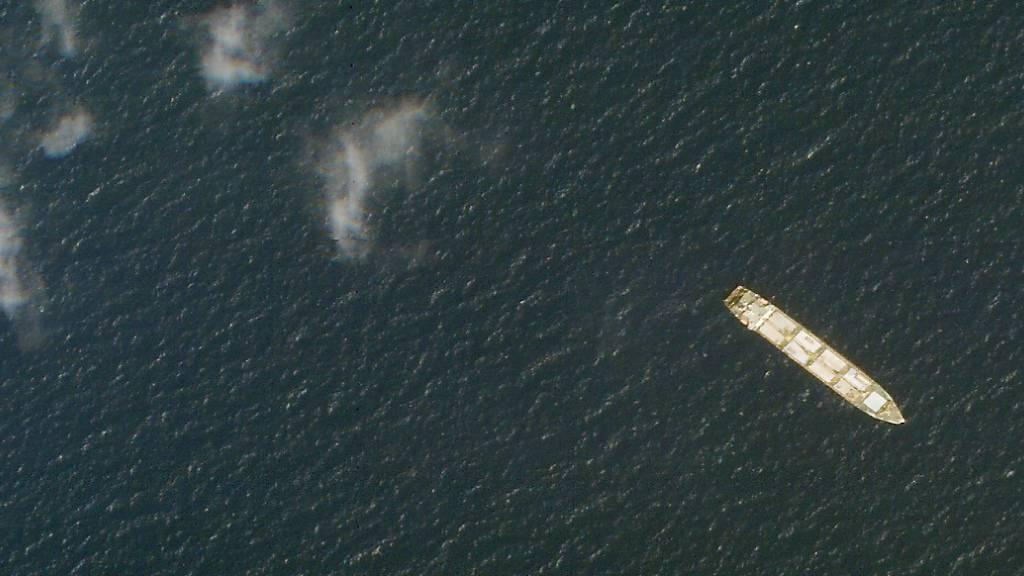 HANDOUT - Das iranische Frachtschiff Saviz liegt im Roten Meer vor der Küste des Jemen. Foto: -/Planet Labs Inc./AP/dpa - ACHTUNG: Nur zur redaktionellen Verwendung und nur mit vollständiger Nennung des vorstehenden Credits