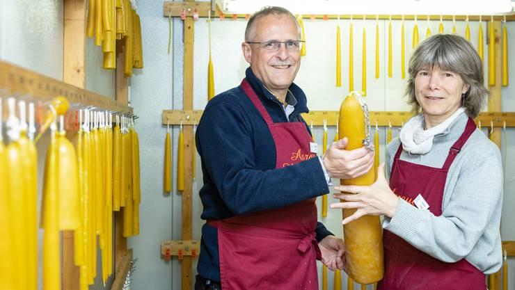 Yvonne Suter und Thomas Jurt mit der 4,5-Kilogramm-Kerze, die vier Jugendliche letztes Jahr gezogen haben.