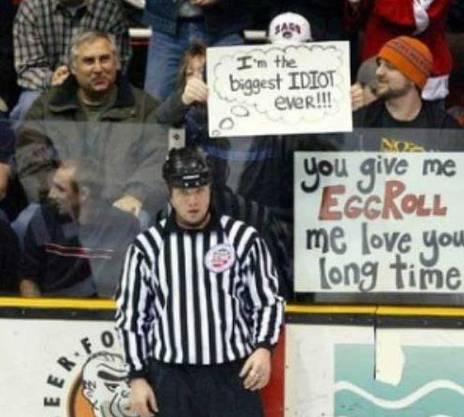 Ein kreativer Eishockeyfan kennt die Gedanken dieses Eishockeyschiedsrichters.