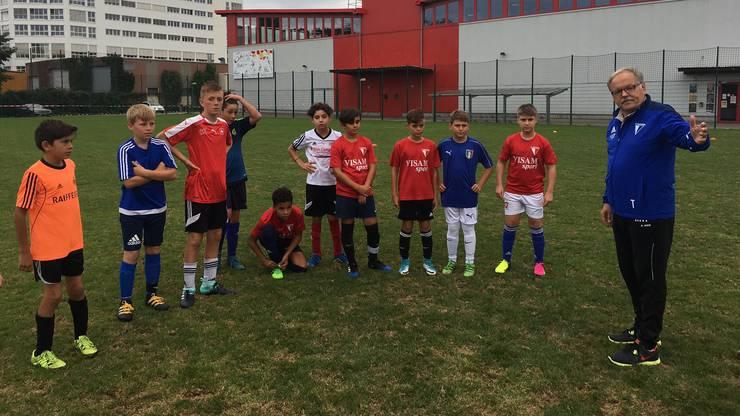 Auch Sportchef Marcel Hottiger (r., hier mit Junioren des Klubs) verlässt den FC Birsfelden Ende Saison.