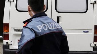 Ein Polizeifahrzeug vor dem Gericht (Symbolbild)