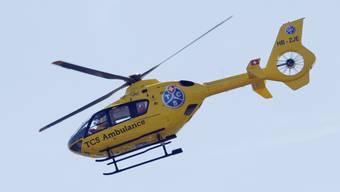 Ein Helikopter fliegt den Jungen ins Kantonsspital Aarau. (Symbolbild)