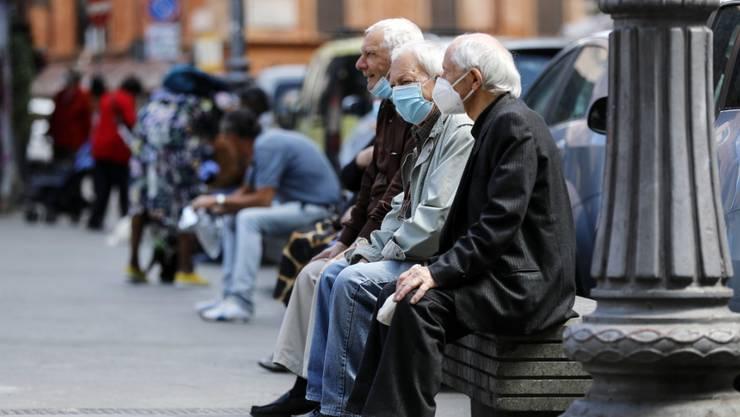 Phase zwei der Lockerungen in Italien: Senioren mit Schutzmasken im Travestere-Quartier in Rom.